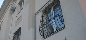 Кованая дутая решетка на окне