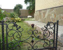 Кованый забор с узорами и розами