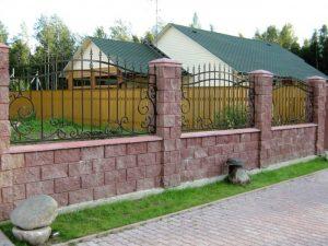 Забор из блоков с коваными пиками