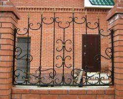 Забор кованый на кирпичном основание и столбах