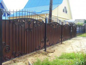 Металлический кованый забор на столбах из металла