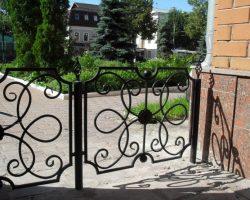 Кованый забор из витых узоров