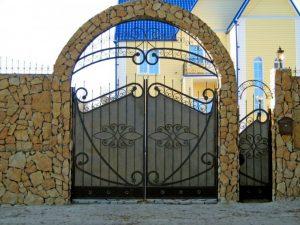 Ворота кованые в каменной арке