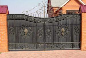 Кованые металлические ворота с коваными узорами вверху