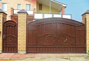 Сплошные металлические кованые ворота с калиткой