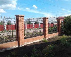 Кирпичный забор кованые секции