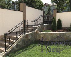 Бетонная лестница с коваными перилами во дворе