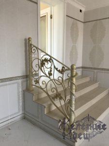 Крыльцо с коваными перилами между уровнями дома