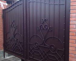 Распашные кованые ворота глухие
