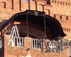 Кованый козырек-навес над балконом