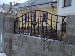 Блочный забор с кованым верхом