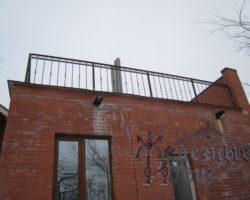 Кованое ограждение на плоской крыше
