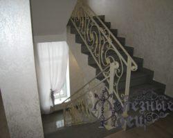 Стильная металлическая лестница с коваными перилами