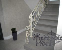 Витые кованые перила и балясины у лестницы