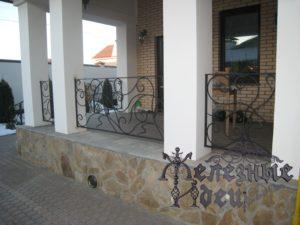 Кованые ограждения между колоннами террасы