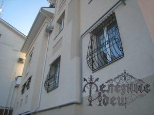 Кованая решетка дутая на окне