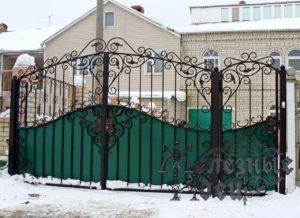 Решетчатые ворота и калитка с коваными узорами