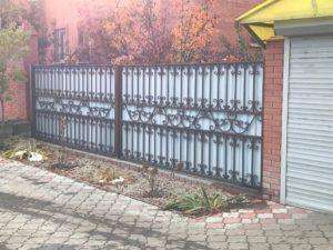 Широкие кованые ворота с профлистом
