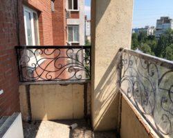 Кованое ограждение на балконе многоэтажки