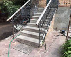 Кованые перила у уличной лестницы