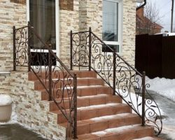 Перила кованые лестница крыльцо на улице