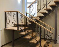 Кованая лестница на второй этаж